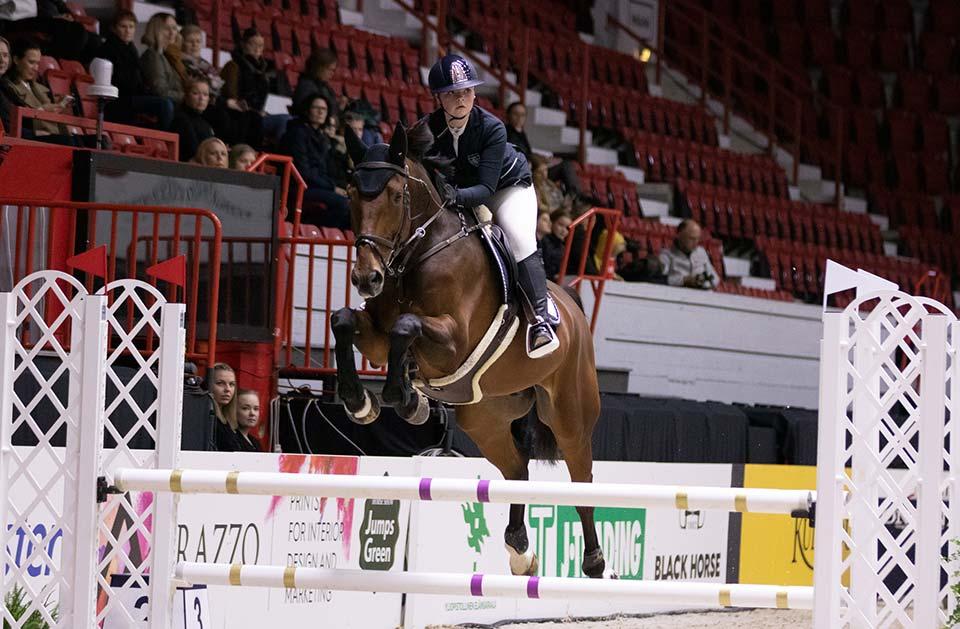 Amateur Tour 100 cm voittaja Emma Vainikka ja Kaeton Van Loo.